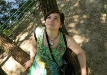 Чудеса на стволах: московская художница вписывает картины в деревья
