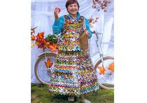Жительница Подмосковья сшила костюм из фантиков