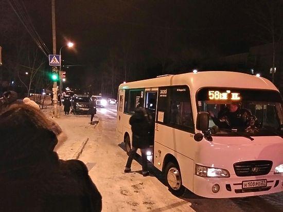 Жители Березовки выстраивается в очередь на автобус
