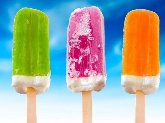 Хабаровские лоточники готовят мороженое шоу