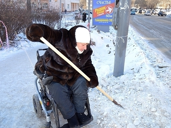 Хабаровчанка взялась за ледоруб, чтобы расчистить дорогу